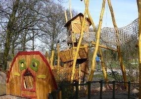 Speeltuin 't Kwekkeltje  Verscholen tussen de bomen aan de Sportlaan in het Brabantse Rosmalen ligt speeltuin 't Kwekkeltje. Speeltuin't Kwekkeltje is geschikt voor jong en oud. Gezellige picknicktafelsen onder andereeen klimbos, wiebelbrug, touwladder over het water eneen speeltoren van acht meter hoog met een glijbaan die steil naar beneden gaat en het gevoel van een vrije val geeft.    Terwijl de kinderen spelen, vermaken veel ouders zich met tijdschriften of hun fototoestel.