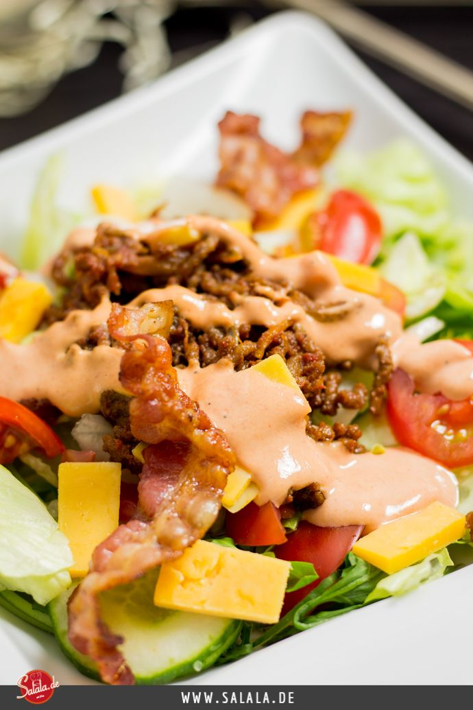 Big Mac Salat? Mächtig, fettig und hammermäßig lecker! UND total low carb und ketogen! Der Big Mac Salat ist jedenfalls der Hammer. Wir haben dieses Low Carb Gericht zubereitet als meine Schwiegermutter und Schwägerin zu Besuch waren. Und natürlich waren beide absolut begeistert. Den Big Mac Salat zubereiten kann wirklich jeder. Hackfleisch in Butter braten und würzen. Zwiebeln und Bacon im Ofen garen bis der Bacon leicht knusprig ist. Salat, Tomaten und Käse schneiden. Alles...
