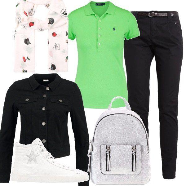 Outfit comodo per un giro turistico, pantaloni di cotone, maglietta verde acceso, giubbottino di jeans nero, sneaker alte e zainetto, per le correnti la sciarpina con divertenti disegni.