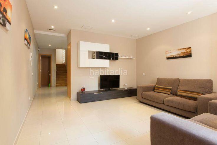 Casa en el Clot #Barcelona    Casa construida en 2009 y con 150m2 distribuidos en dos plantas, cuenta con un salón comedor, cocina-office equipada con salida a patio, 3 habitaciones, 2 baños, 1 aseo y una espectacular terraza de 40m2. ¡¡Vivir en una casa en Barcelona es sin duda un sueño hecho realidad!!     🔑 Eurofincas - (34) 93 476 49 69   Roger de Llúria, 116    08037 – Barcelona   🔑 Eurofincas  St. Cugat – (34) 93 675 08 04   Sant Antoni, 52    08172 – Sant Cugat del Vallès…