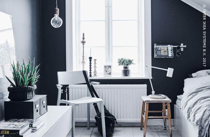 Wie zegt dat je in een tienerkamer het persoonlijke niet met het praktische kan combineren? Geef je kamer een industriële toets en kies voor een eenvoudige, eigenzinnige opbergoplossing zoals een metalen stang die je favoriete spulletjes in de kijker zetten. Ontdek onze ideeën om je kamer helemaal jou te maken. GRUNDTAL, stang, 5,99/st. #IKEABE #IKEAidee  Who says a teen bedroom can't mix personality with practicality? Give your room an industrial touch and opt for a simple storage hack.