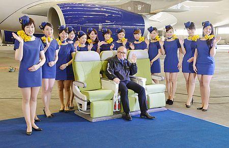 エアバスA330型機(後方)のキャンペーン用制服を着たスカイマークの客室乗務員ら。座席中央は西久保慎一社長=7日午後、羽田空港 ▼7Mar2014時事通信|スカイマーク、ミニスカ制服=新型機PR、半年間限定 http://www.jiji.com/jc/zc?k=201403/2014030700809 #japan #Skymark #Skymark_Airlines #Flight_attendants #cabin_crew