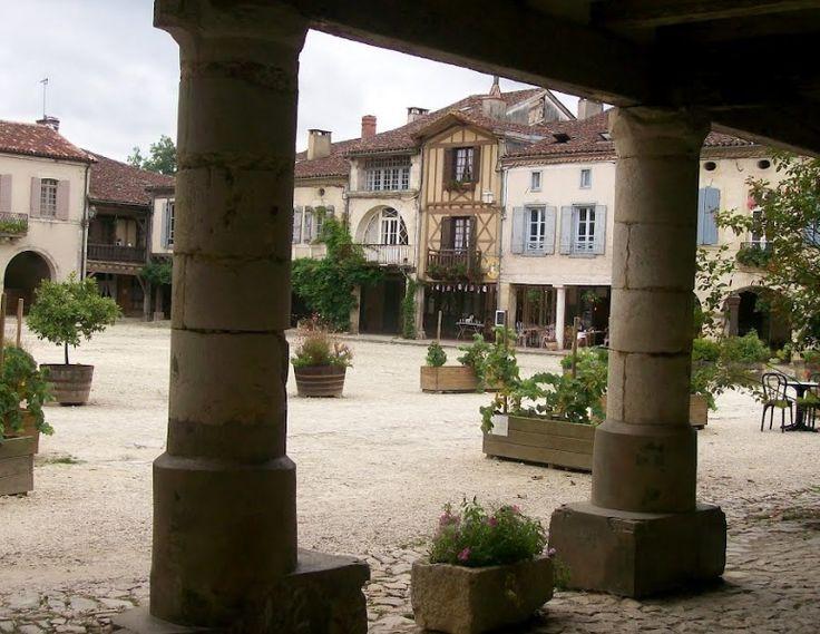 Le Portail de Chambres d'Hôtes, Gîtes & Meublés de Tourisme http://www.trouverunechambredhote.com vous fait découvrir les Villages de France et d'Outre-mer ainsi que les hébergements à l'alentour. Aujourd'hui c'est le Village de LABASTIDE D'ARMAGNAC dans les LANDES LABASTIDE D'ARMAGNAC a été fondée en 1291, cette vieille bastide n'a rien perdu de son charme médiéval. Son architecture ravit à merveille les initiés ou non aux villes nouvelles fortifiées du moyen âge. Les rues et ruelles…