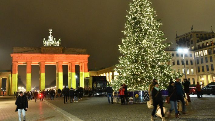 Das Brandenburger Tor leuchtet am 20.12.2016 in Berlin nach dem Anschlag auf dem Weihnachtsmarkt am Breitscheidplatz in den deutschen Nationalfarben «schwarz - rot - gold». ---- The Brandenburg Gate lights up on 20 December 2016 in Berlin after the attack on the Christmas market at Breitscheidplatz in the German national colors 'black - red - gold'
