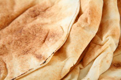 El pan arabe es un pan tambien conocido como pan pita.  Es muy fácil de hacer y es mucho más rico que el comprado en tienda.