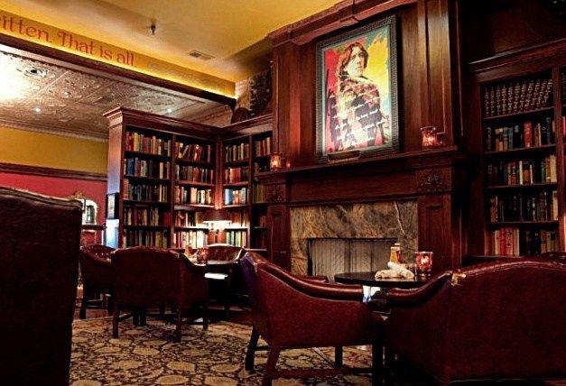 Lo scrittore irlandese che sosteneva di saper resistere a tutto tranne che alle tentazioni, è il protagonista del caffè che porta il suo nome a Chicago: il Wilde Bar &Restaurant ha un arredamento molto british ma sul caminetto spicca il ritratto di Oscar Wilde realizzato da Andy Warhol.