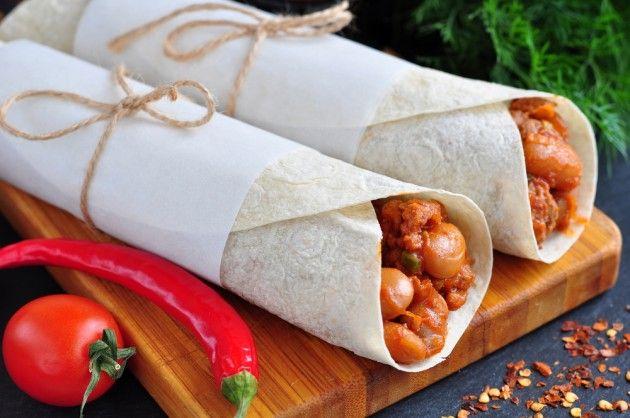Буррито — это мексиканское блюдо, где в лепёшку (тортилью) завёрнута мясная и овощная начинка. Его любят многие хозяйки. Во-первых, сытно, а во-вторых, можно завернуть всё что угодно. Например, оставшуюся со вчерашнего дня жареную курицу.