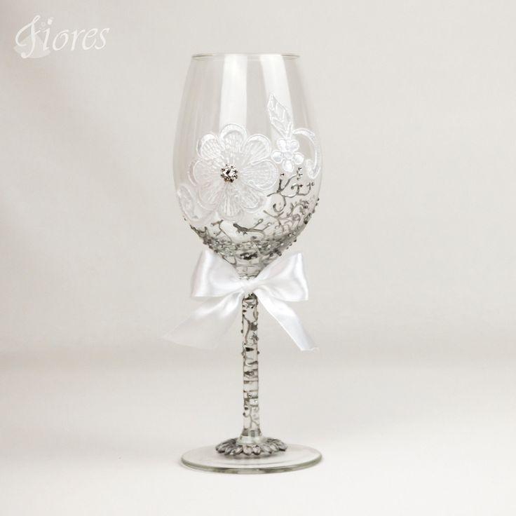 """Svadobné poháre """"Silver crystal""""  jedinečná a my túžime, aby ste sa tak cítili v každej maličkosti. Vytvorili sme pre Vás tento svadobný pohár, ktorý nemusí zostať iba kusom skla, ale verte či nie dokáže o Vás veľa vypovedať."""