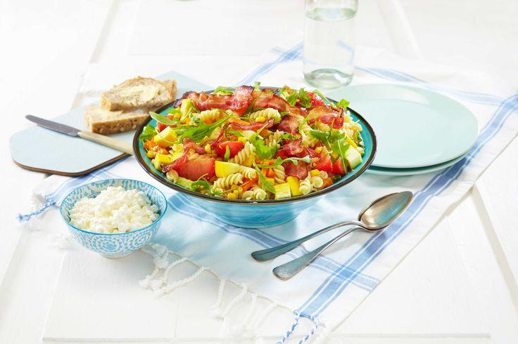 Oppskrift på salat med pasta, bacon og grønnsaker passer godt enten som lunsj, middag, eller når du får gjester.