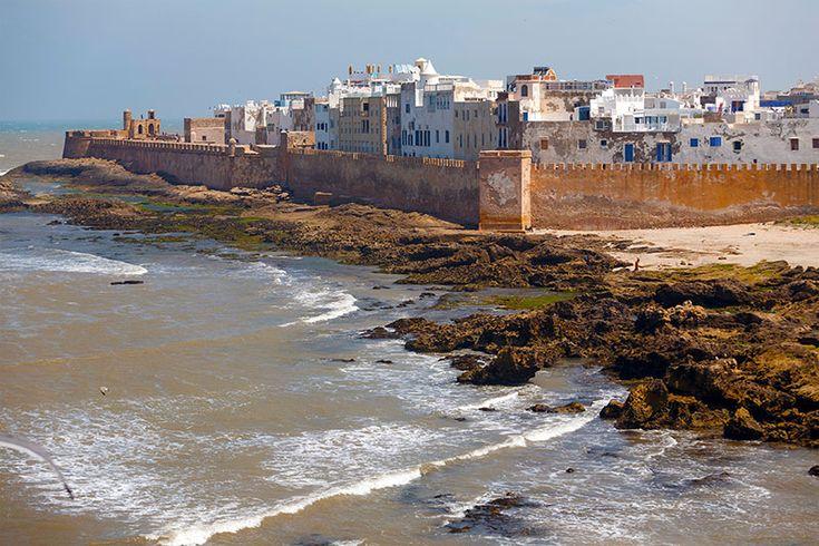 Marruecos: 5/11  Viajes 16 de Noviembre de 2016by hola.com Essaouira__Marruecos_imprescindibles MÁS SOBRE:  Fotorreportaje Marruecos África En Imagenes ESSAOUIRA  Levantada sobre una isla rocosa de cara al Atlántico y rodeada por colinas, uno de los principales atractivos de Essaouira, la antigua Mogador, son sus playas, que tanto juego dan a los surfistas que acuden en peregrinación a su costa gracias a la presencia de vientos fuertes y constantes. /Revista Hola.