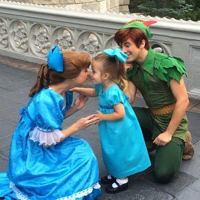 niña junto a dos personas besandose la nariz