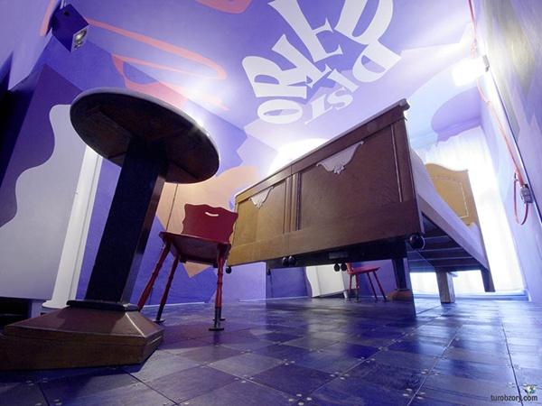 Отель «Propeller Island City Lodge» **** (Берлин, Германия)  Частный отель-фантазия создан по мотивам романа Жюля Верна «Плавучий остров». В нем есть номера с наклонным полом, кровати-гробы и множество непонятных конструкций. «Propeller Island» - это эстетические изображения для глаз и ушей.  Подробности: +7 495 9332333, sale@inna.ru   Будьте с нами! Открывайте мир с нами! Путешествуйте с нами!