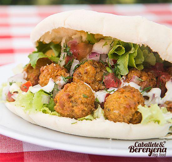 #Falafel de Medio Oriente con veganesa, picadillo y lechuga. #Vegan #Bogota #CabaleteyBerenjena