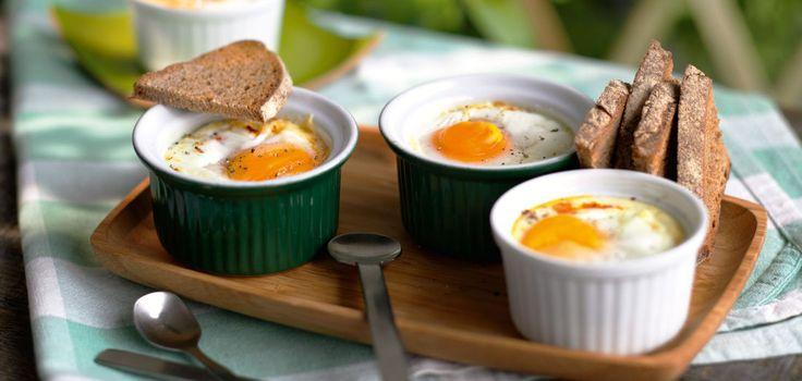 Gebackene Eier mit Salami und Paprika
