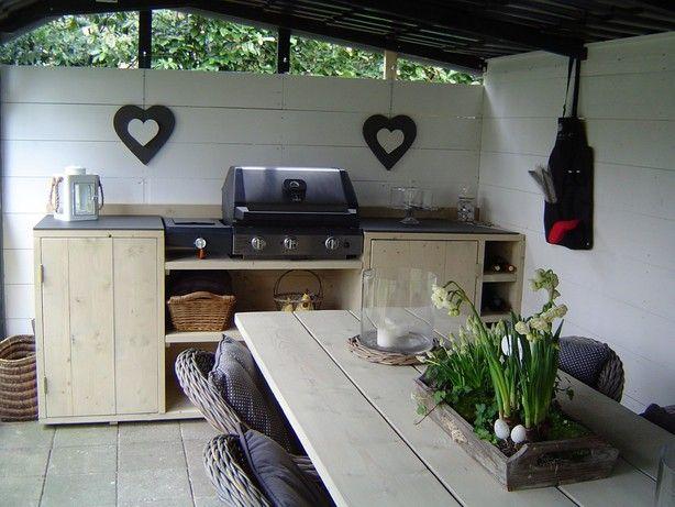 Eigen gemaakte tafel met buitenkeuken van steigerhout.