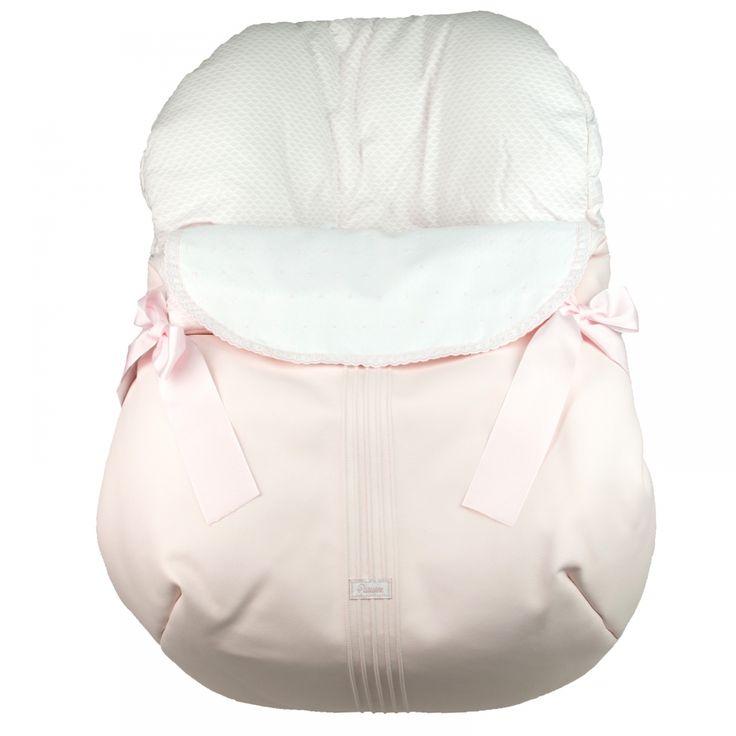Roze gevoerde Maxi Cosi hoes van het Spaanse merk Uzturre. De voetenzak heeft een broderieomslag aan de voorzijde met roze strikken.