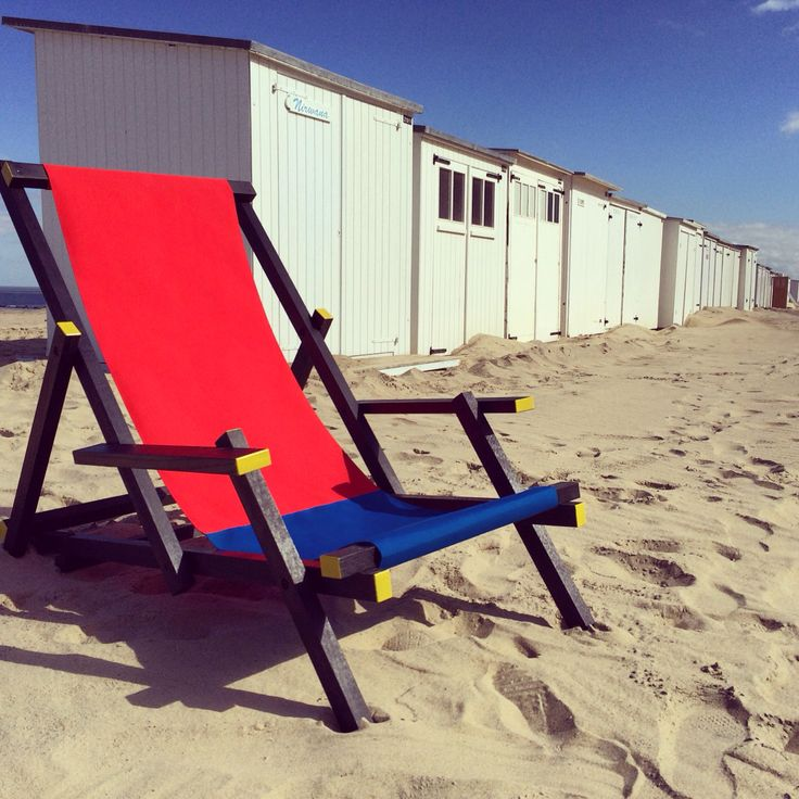 Mal Clapchair. Red and blue. This beach chair is a Rietveld hommage by Mal-furniture. A typical example of Dutch design that is designed to bring a smile on your face;-)