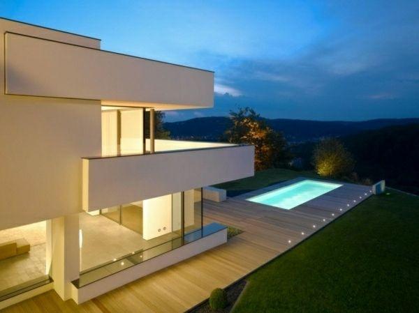 seitenlange terrassen und w nde aus glass im modernen haus mit wei er fassade wei als die. Black Bedroom Furniture Sets. Home Design Ideas
