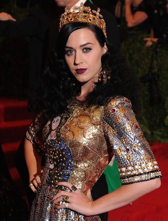 Katy Perry - Rossetto Rosso Scuro e Unghie Rouge Noir