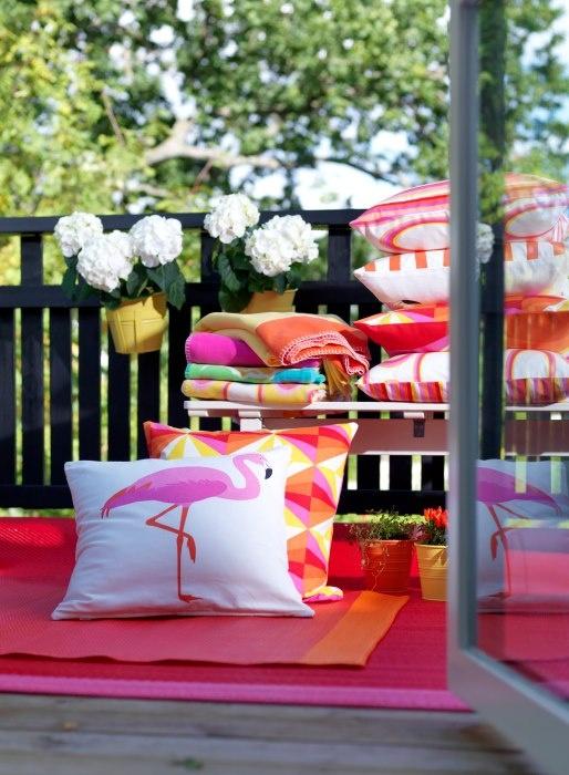 abre las ventanas saca unos cojines una manta y decora tu terraza