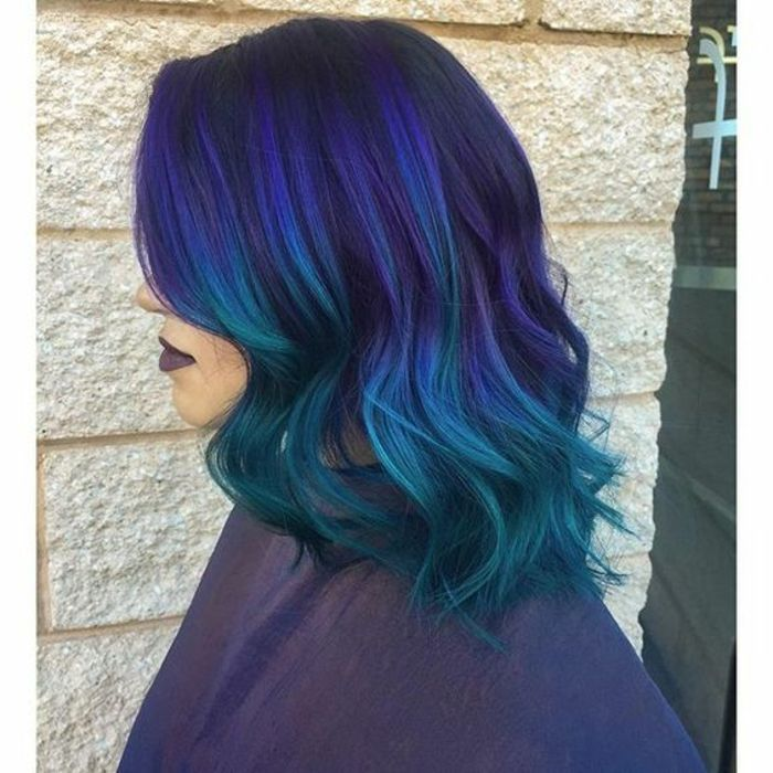 couleur-de-cheveux-violine-mèches-bleues-et-violettes-sur-cheveux-noirs