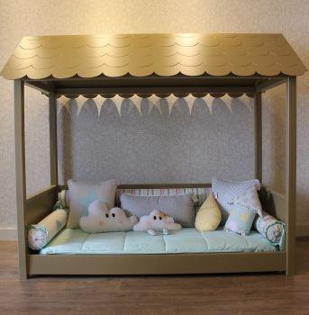 Cama casinha montessoriana com telhado e proteção lateral