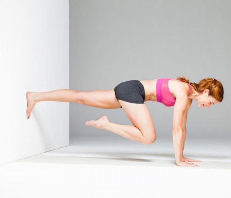 position pompe avec les pieds collés au mur plutôt que par terre. Vous avez les deux bras tendus et les paumes de vos mains collées au sol devant vos yeux. Votre corps est en ligne droite, et votre regard vers le sol. Puis pliez votre jambe droite et ramenez-la au niveau du genou de votre jambe gauche. Restez 5 secondes, respirez profondément et changez de jambe. Alternez les deux jambes en restant 5 secondes sur chaque, pendant 1 minute.