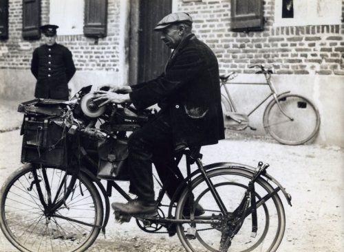 Scharensliep op de fiets, de veldwachter kijkt toe. Plaats onbekend, 1938.