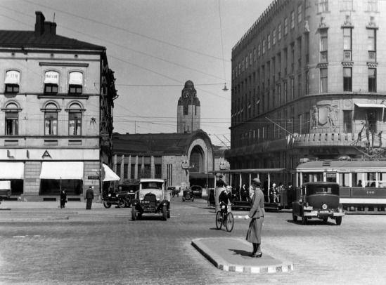 Nykyisen Mannerheimintien ja Kaivokadun risteys vuonna 1935 (Kuva Hgin kaupunginmuseo, Aarne Pietinen Oy).