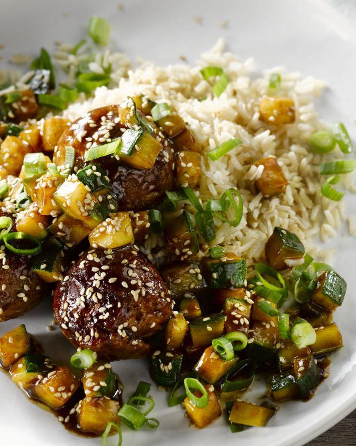 Oosterse hoisinsaus past goed bij vleesgerechten, zoals deze sappige kippenballetjes met gekaramelliseerde courgette. Erg lekker met de bruine rijst erbij.