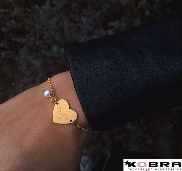 Love ID Tag armbånd i guld, inklusiv din gravering samt ferskvandsperle