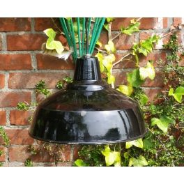 oude zwarte geemailleerde industriële hanglamp