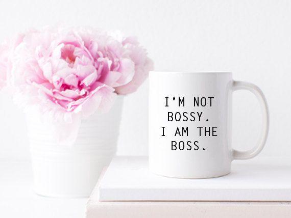 Ik ben niet bazig. Ik ben de baas - keramische koffie thee mok  Deze prachtige 100% witte keramische mok beschikt over een inspirerende en stijlvolle manier om te genieten van uw koffie, thee of drank van keuze. Een geweldig cadeau voor elk meisje baas, beste baas, bestie of jezelf!  Details:  -11oz in grootte -Keramische, witte mok -Afwasmachine en magnetron veilig  Item zal komen verpakt met onze handtekening wit turkoois Co. verpakking.  Volg ons op Instagram: @whiteturquoise  Copyright ©…