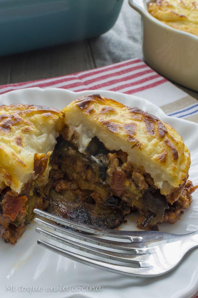 La moussaka es uno de los platos estrella de la cocina griega y no es de extrañar ya que es deliciosa. Una especie de lasaña con un toq...