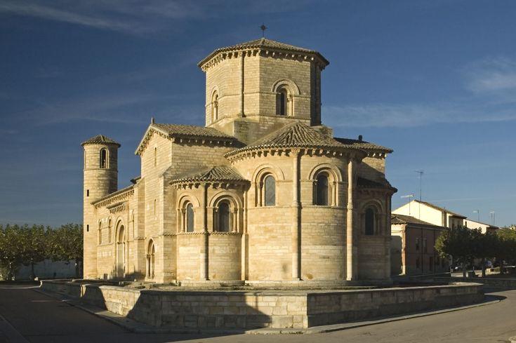 La iglesia de San Martín de Frómista: La arquitectura religiosa romana (de los siglos II aC – V dC) se caracteriza por pocas ventanas, paredes gruesísimos de piedra u hormigón, un torre, una capilla y un ábside con un techo semicircular.