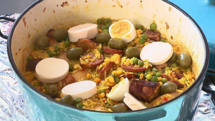 O prato de sabor acentuado, muito conhecido em Goiás, leva linguiça, frango e costela defumada.