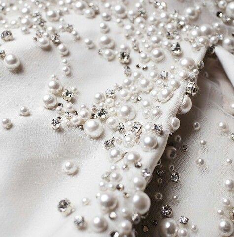Un poco mas de perlas en diferentes tamaños y brillos para que fotmen parte de tu proximo vestido‼