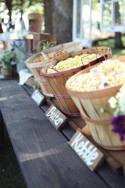 Quieres incluir un popcorn bar como mesa de dulces en tu boda y no sabes dónde comenzar? Hoy te traemos tips y originales ideas y super fotos