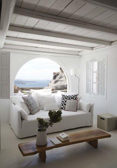 Salon épuré avec vue imprenable sur la mer. Plus de photos sur Côté Maison http://petitlien.fr/7fcd