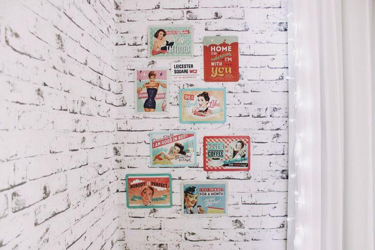 Um papel de parede que imita tijolinhos é uma forma de realizar esse sonho sem precisar de uma grande reforma.