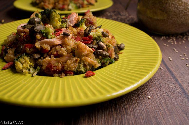 STREFA WPŁYWÓW. Sałatka z komosą ryżową, łososiem, suszonymi pomidorami, brokułami, owocami goji i pestkami dyni.
