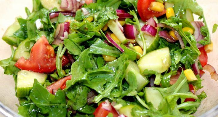 Balzsamos vegyes saláta recept: Ez a balzsamos vegyes saláta recept jól jön, ha valami gyors és finom salátát szeretnénk készíteni. Jól variálható, bármilyen zöldséggel elkészíthető. Sült vagy rántott húsok mellé, de akár önálló fogásként is megállja a helyét. Nálunk nagy kedvenc. :)