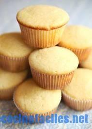 """En nuestras recetas cupcakes de hoy os mostraremos cómo crear de una forma sencilla la base de todo cupcake. Se trata de una magdalena simple que los estadounidenses llaman: """"vanilla cupcake"""" y que es el fondo perfecto para tus cupcakes Receta Vanilla Cupcake Básica 2016-06-23 15:05:27 Guardar Receta Imprimir Necesitaremos los siguientes ingredientes para 4 personas • 4 tazas de harina • 2 tazas de azúcar • 6 cucharaditas de levadura • 1 cuchara"""