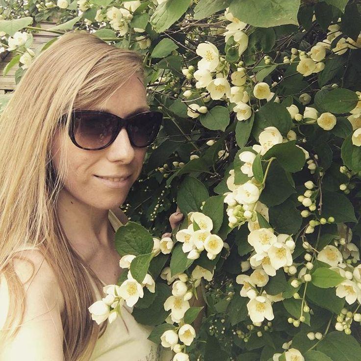 Доброе утро воскресенья ☀️�� #жасмин #лето #июль #отдых #выходныенадаче #утровоскресенья #summertime #july #jasmine #countryhouse #weekend #girl #happytime #rest http://misstagram.com/ipost/1566007187548129446/?code=BW7kz1xg8im
