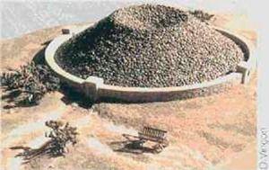 Colector de Zibold | TECTÓNICAblog  El colector Zibold es un tipo de colector de agua reconstruido por Zibold basándose en unas ruinas encontradas en 1900 cerca de la ciudad bizantina de Feodosia. Se trata de unos montones de piedra de 10m de alto que cubrían una superficie de unos 900m2. Bajo ellos se encontraron tuberías de terracota por lo que se supuso que se trataba de un sistema de condensación. Zibold verificó mediante una construcción los principios en los que se basa este…