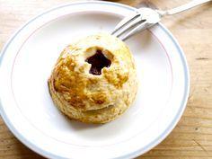 Mmm… Deze gebakjes van Joke Bakt zijn gevuld met frambozen en mascarpone. Wat ons betreft de perfecte combinatie tussen friszoet en heerlijk romig. Meng de bloem met het zout en de suiker. Strooi de stukjes boter eroverheen en kneed met een keukenmachine of koude handen tot je een kruimeldeeg hebt. Giet het koude water over […]