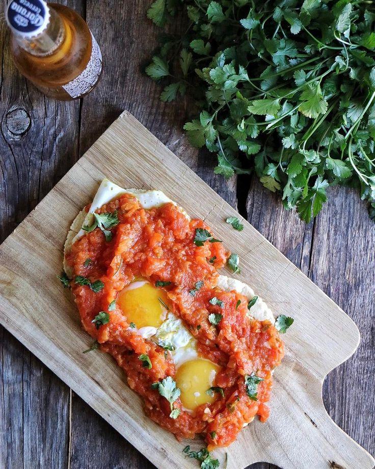 Hoy nos ponemos bien bravos con estos huevos rancheros, desayuno típico mexicano que se suele acompañar con frijoles, pero que nosotros ...