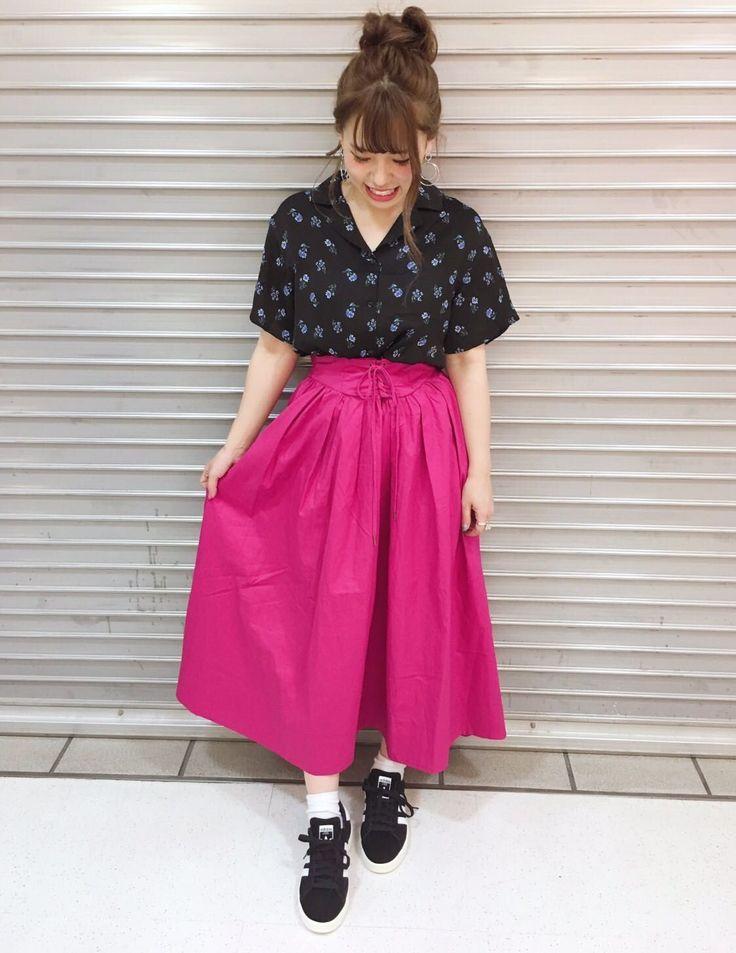 レースアップヘムスカート♩ 夏らしいビビッドなピンクが可愛いフレアスカート。ブラックのブラウスと合わせて大人カジュアルなコーデに仕上げました。ロング丈のスカートなのでコンパクトな丈感のシャツを合わせると脚長効果も◎。
