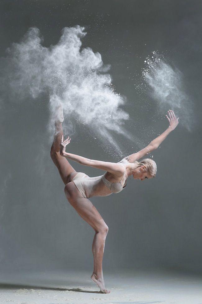 """Si pones """"bailarina""""en la casilla de búsqueda del blog (ya lo he hecho yo por tí ;)), verás que el tema danza es bastante recurrente por aquí. Me fascina ver la flexibilidad, fuerza, delicadeza y potencia de esos cuerpos esculpidos a base de horas de entrenamiento. Les envidio profundamente porque carezco de ese gen del …"""