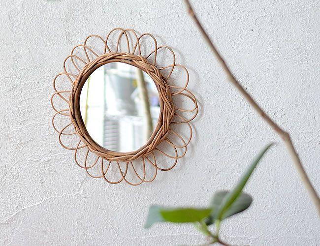 アラログ フラワーミラー L    ひとつひとつ手作業で編みこまれた素朴な風合いのアラログミラー。 お花をモチーフにした上品なデザインはインテリアとしても素敵です。 背面に壁掛け用の金具が付いているので、壁に挿した画鋲などに引っ掛けるだけで 取り付けれます。